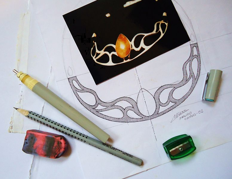 """""""Drawing of a necklace"""", Mauro Cateb, CC by-sa"""